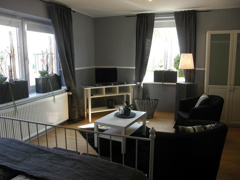 Blick aus der Bettnische in Richtung Sitzecke mit Flachbildfernseher im Zimmer 3