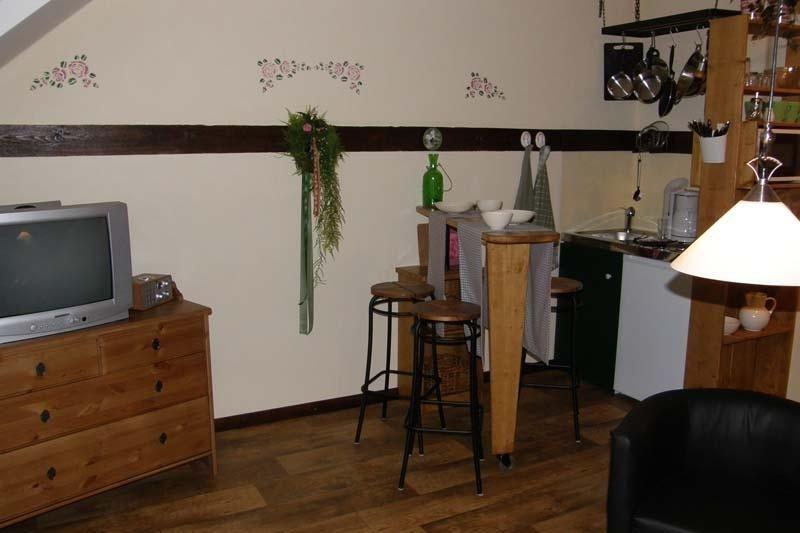 Angrenzende Küchenzeile mit variablem Sitzplatz und reichhaltiger Ausstattung