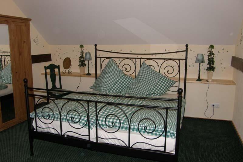 Schlafebene Über Holztreppe zu erreichen (Doppelbett + Einzelbett)