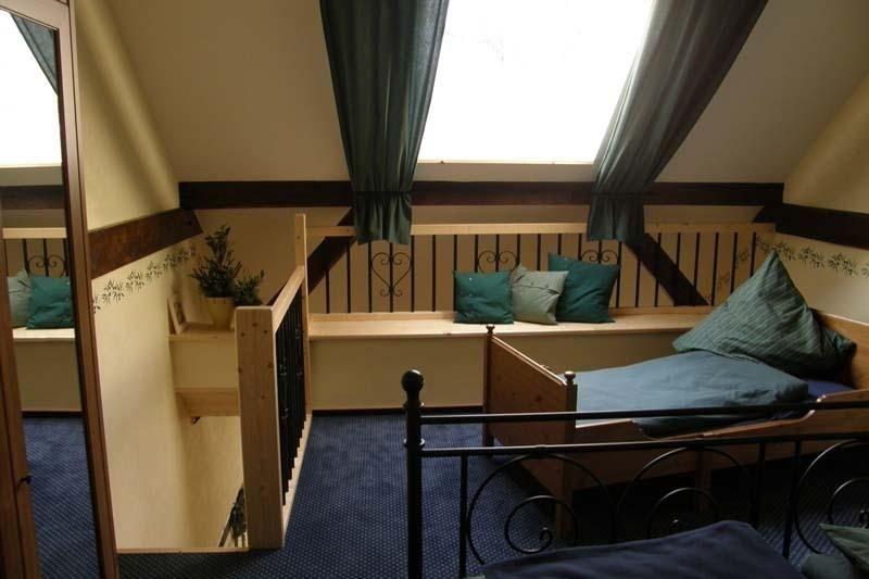 Einzelbett über eine Holztreppe zu erreichen