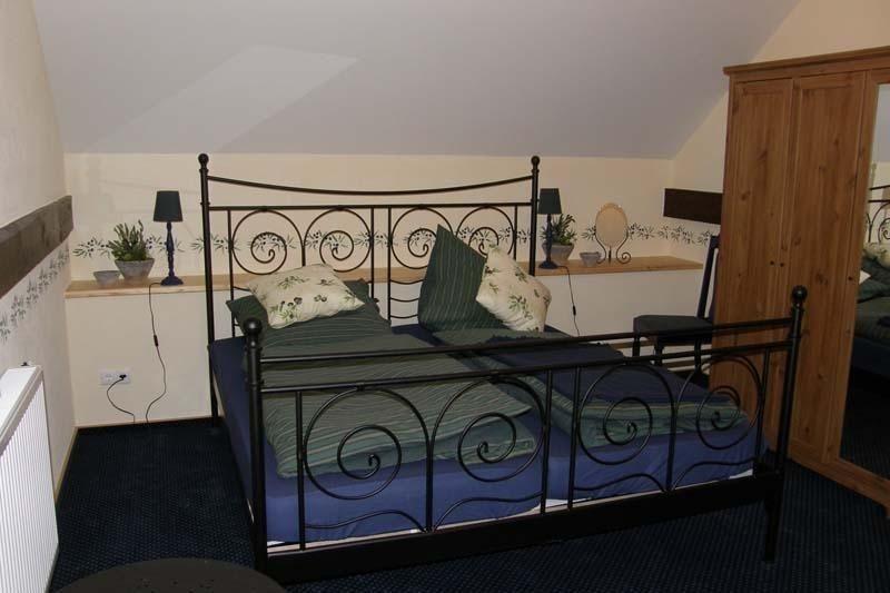 Schlafebene mit Doppelbett