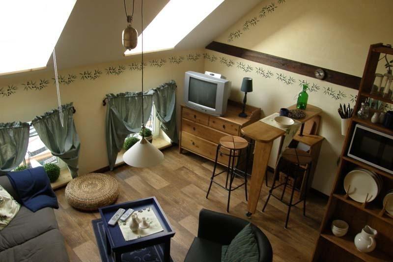 Liebevoll eingerichtetes Wohnzimmer mit angrenzender Küchenzeile