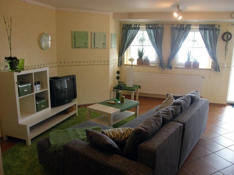 Der gemütliche Wohnraum mit Kombinations-Sofa