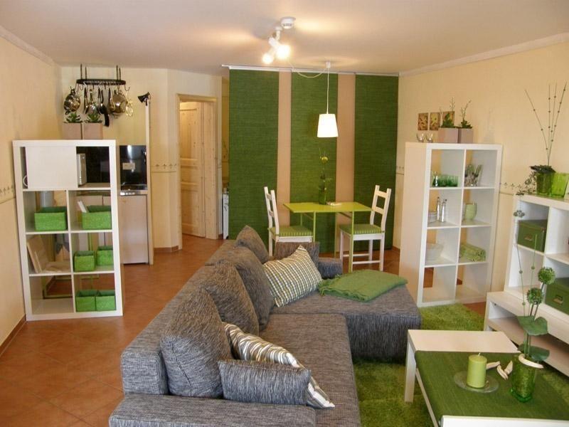 Wohnraum mit Pantryküche links