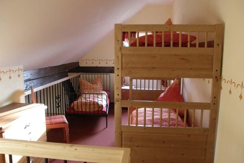 Obere Schlafebene (Empore) über Holztreppe zu erreichen