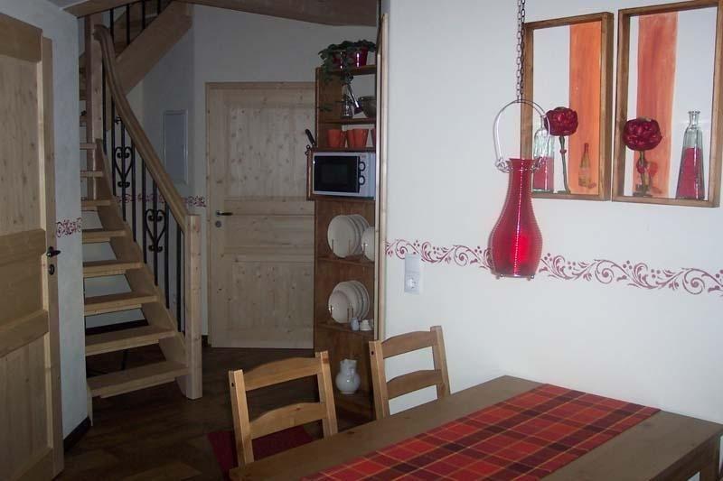 Blick zum Eingangsbereich mit Küchenzeile und Treppe zur Empore (obere Schlafebene)