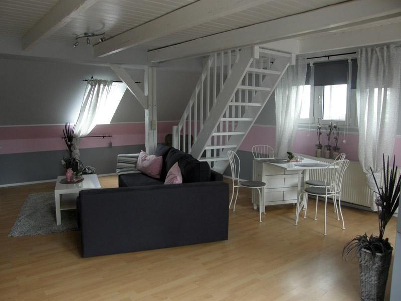 Blick in den Wohnraum mit Treppe zur Schlafebene