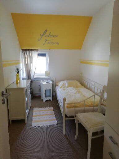 Gelbe Wohnung kleines Schlafzimmer