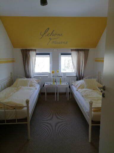 Gelbe Wohnung Schlafzimmer für zwei Gäste